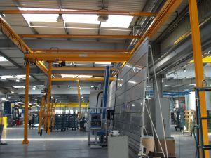 Préhenseur vertical à 8 ventouses sous poutre roulante pour manipulation de panneaux en verre jusqu'à 200kg